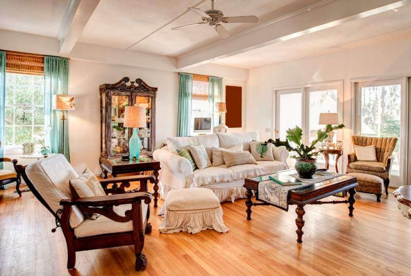 modern-livingroom-with-antiques